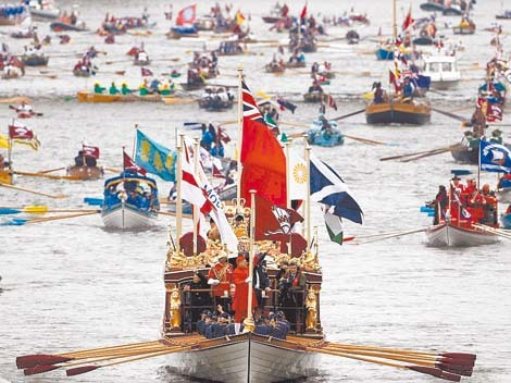 Queen Elizabeth Leads 1000 boats